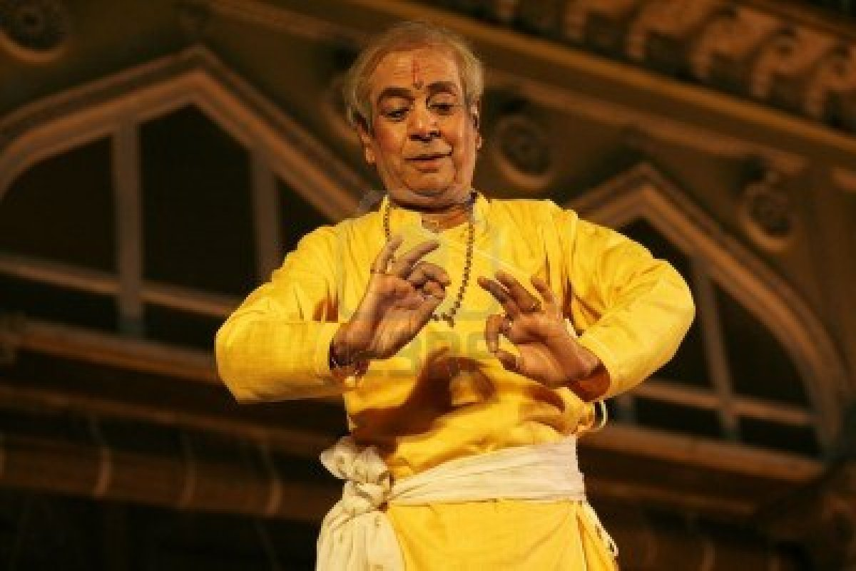 13686315-hyderabad-ap-india-april-24-2012-padma-vibhushan-pandit-birju-maharaj-leading-exponent-of-kathak-dan